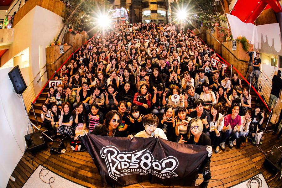 集まったファンと記念撮影をするGLAY(左がTAKURO、右がHISASHI、真ん中はDJの落合健太郎/4日・心斎橋BIG STEP)写真提供:FM802 撮影:渡邉一生