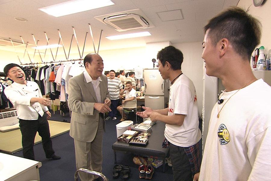 なんばグランド花月を訪ね、島田一の介から試合に勝つゲン担ぎを伝授してもらう那須川天心(右)写真提供:MBS
