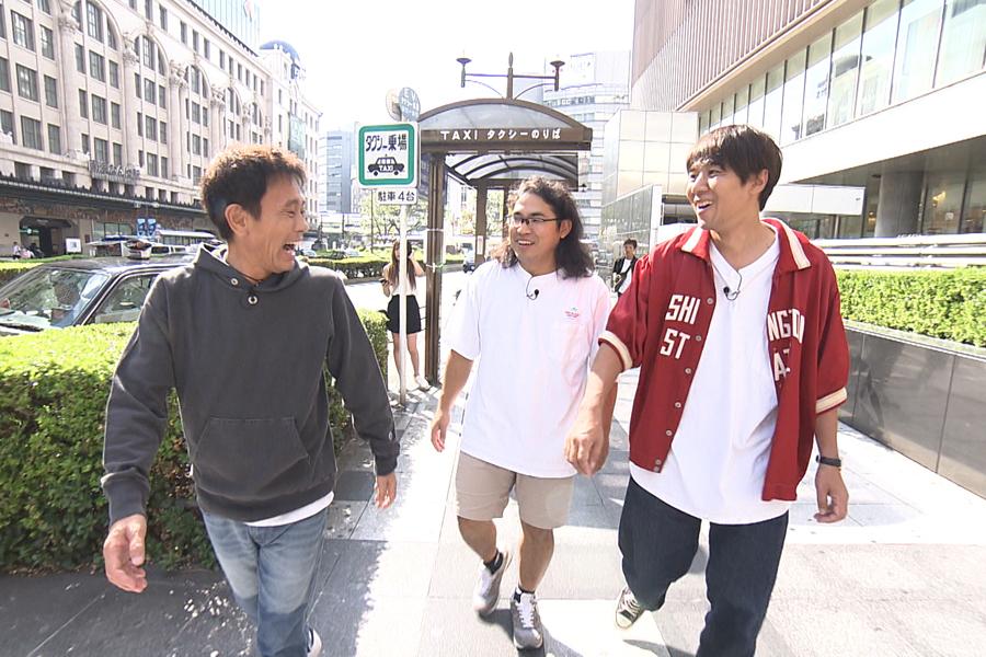 テレビが欲しいという中岡のため、家電量販店へ向かう(左から)浜田雅功、中岡創一、コカドケンタロウ(写真提供:MBS)