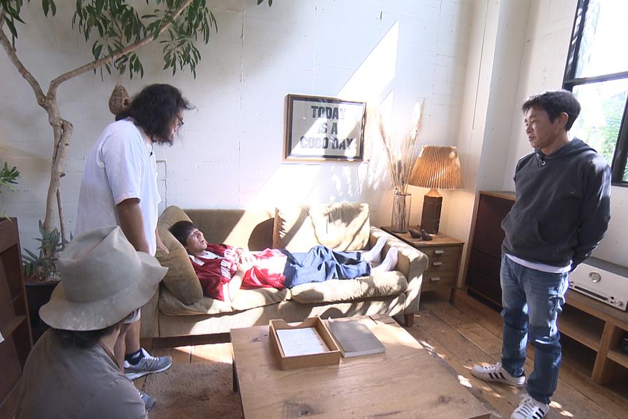 ふかふかのソファに寝てみるコカド(写真提供:MBS)
