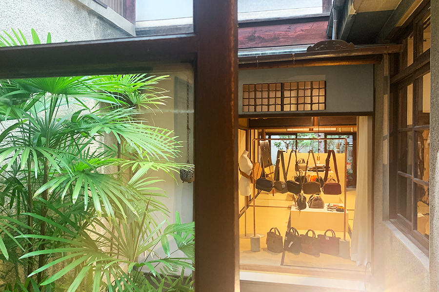 洋館をミックスした京都町家が、期間限定ショップ。奧に見えるのはバッグブランド「ch!iii」