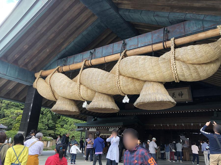 長さ13.6m、重さ5.2tと日本最大級の大きさを誇る、「出雲大社神楽殿」の大しめ縄(注連縄)