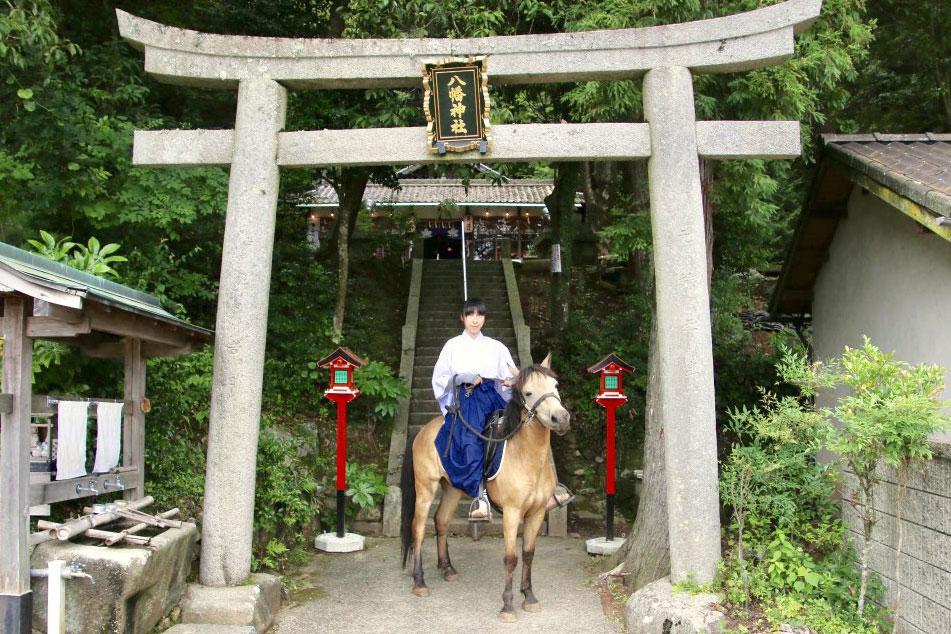 朝一番に神社から駅の間を散歩する「いづさんぽ」はおかあさん(宮司)と一緒。Twitterでも公開され大人気だ