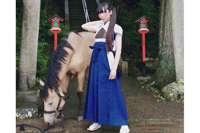 「おかあさん(おかあたん)」こと久次米宮司と御神馬いづめ(いづたん) 提供:吉川八幡神社