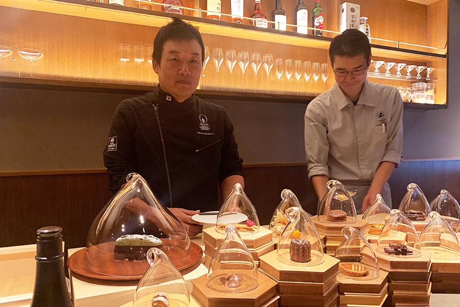 垣本晃宏シェフ(左)が提案するデザート。手前は選べるプティフール