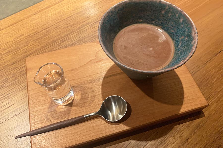 日本酒とチョコレートは相性抜群。日本酒の熱燗を入れて楽しむショコラショー。日本酒の香りとチョコレートの香りが一体に