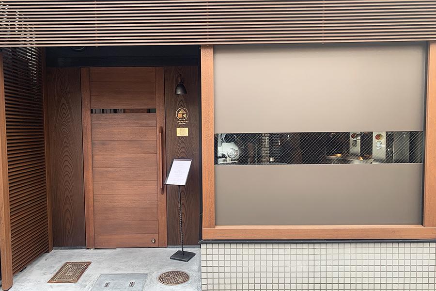 本店の3軒隣にオープン。内装は、数寄屋建築を得意とし、割烹や和食店を多く手掛ける三角屋によるもの