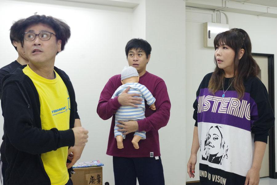 稽古で男性ばかりの社員寮の女性オーナーを演じる小川菜摘