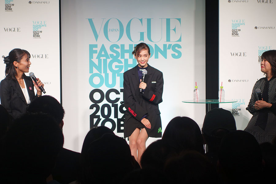 今年の秋冬ファッションについて「ジャケットとパンツとのセットアップで大人っぽく着こなしたいなと思っています」と桐谷
