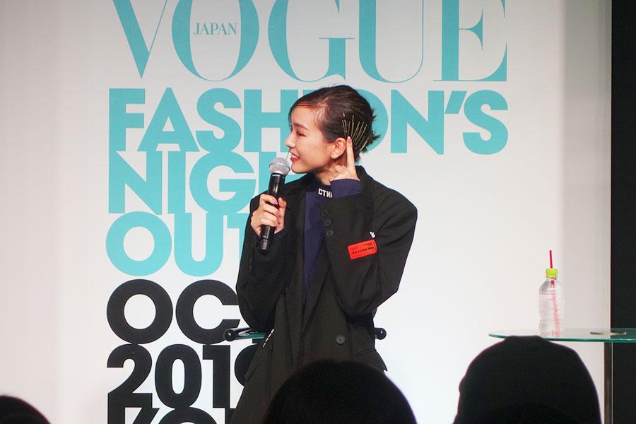 ピンをたくさんつけたヘアスタイルを観客に説明する桐谷美玲