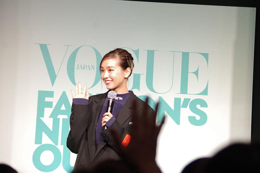 観客が、桐谷に向かって手を振り、それに応える桐谷美玲