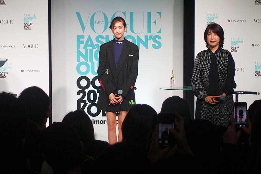 渡辺美津子編集長(右)は、「黒のジャケットに、蛍光色のようなブライトカラーをポイントに取り入れるのもトレンドですね」と説明