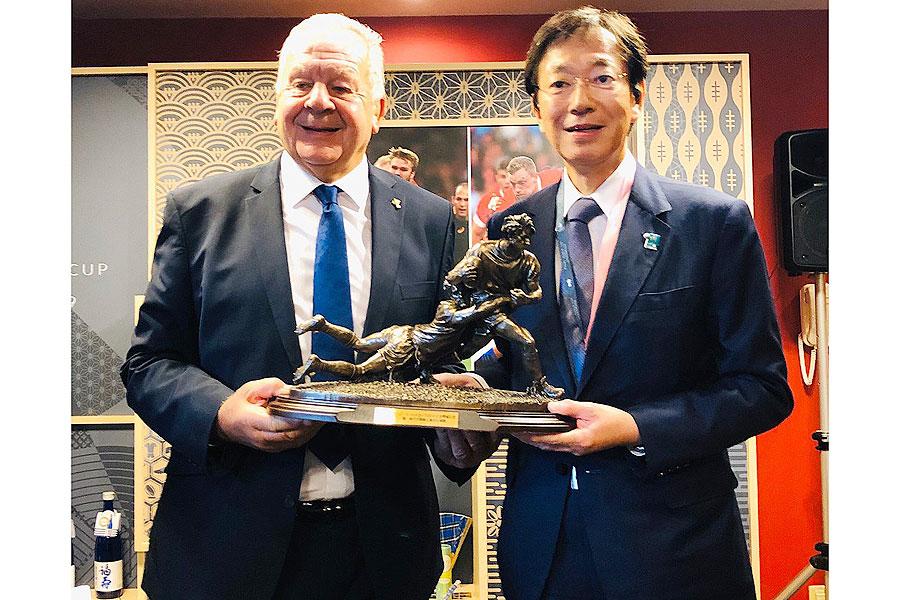神戸最終戦となった10月8日、大会主催者であるワールドラグビーのビル・ボーモント会長から記念品が贈られた 提供:神戸市