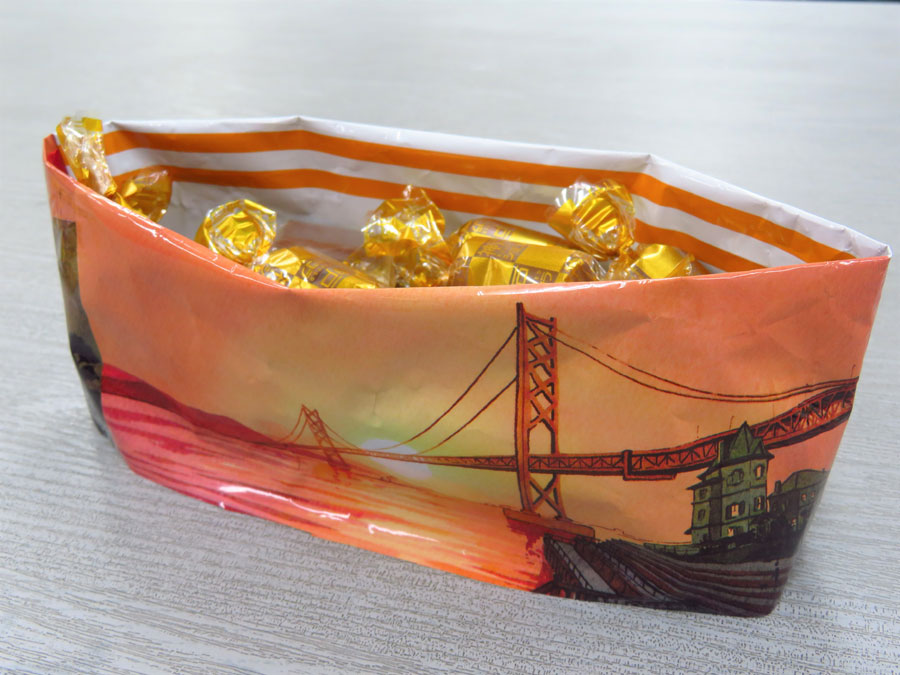パッケージを開けると内側にも神戸の風景が描かれた「神戸ローストショコラ Feel神戸」。「組み立て方」にしたがって袋を裏返すと舟形のバスケットに変身する 限定パッケージ