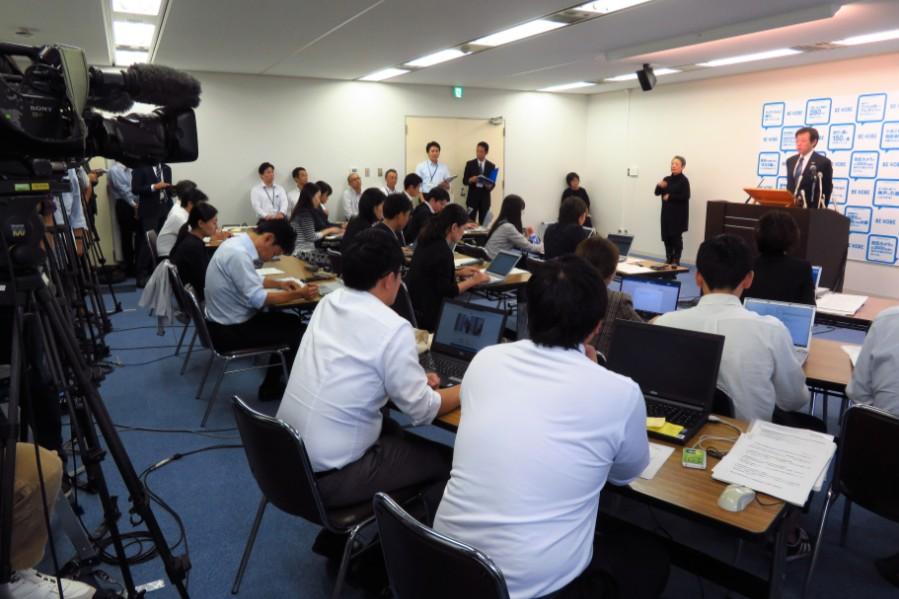 事件の重大さに、定例会見にはいつもより多くの報道陣が駆けつけた(10月24日・神戸市役所)