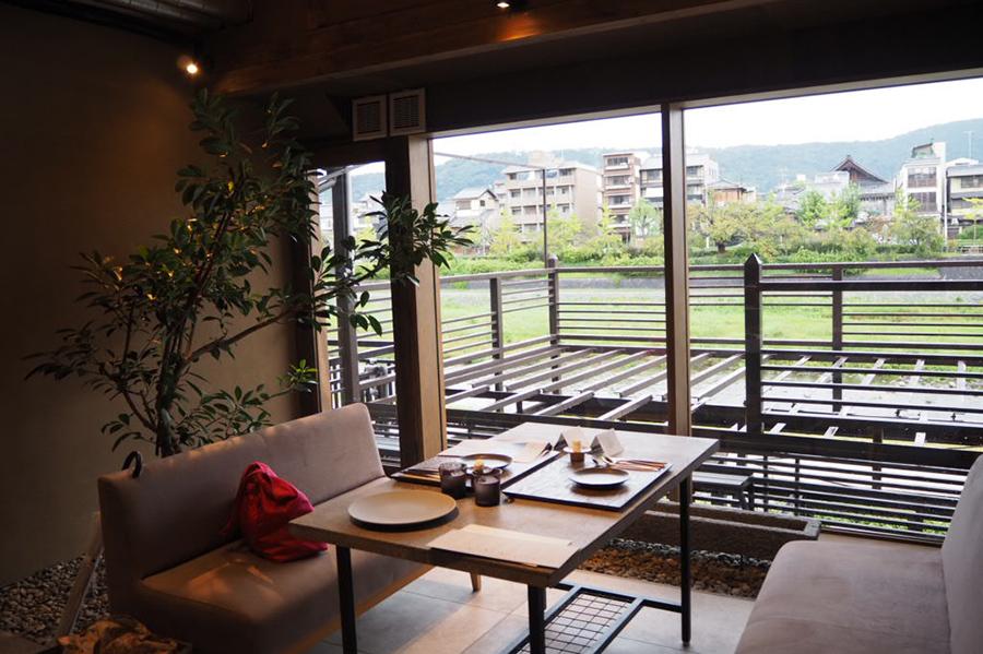 鴨川と東山を一望するテーブル席。約70坪の広さにわずか34席と贅沢な空間に