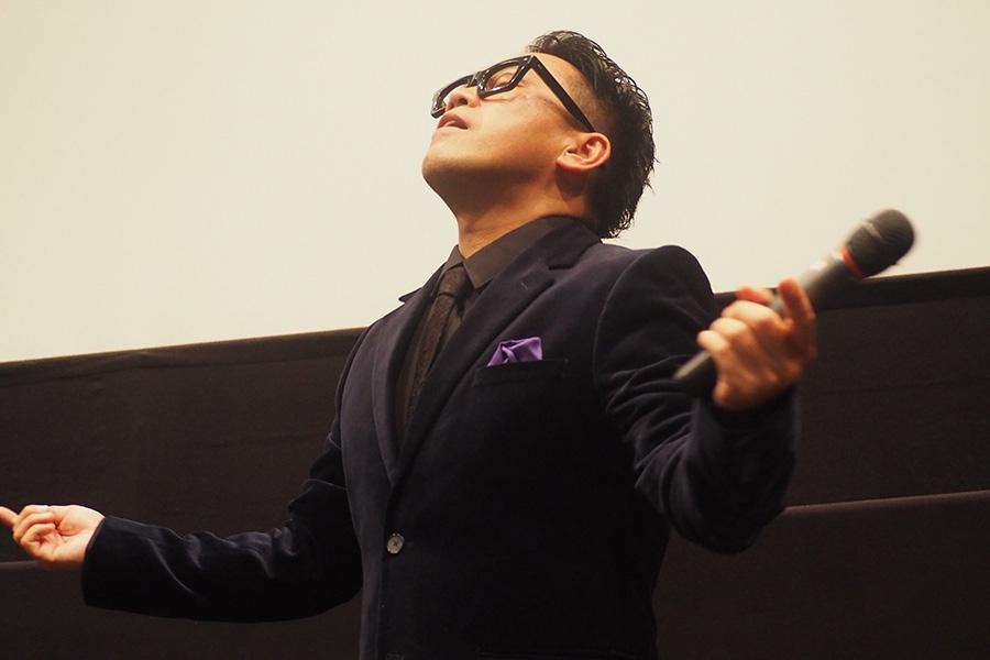 池内博之がパワースポットで拝む場面を再現する宮川大輔(19日・京都市内)