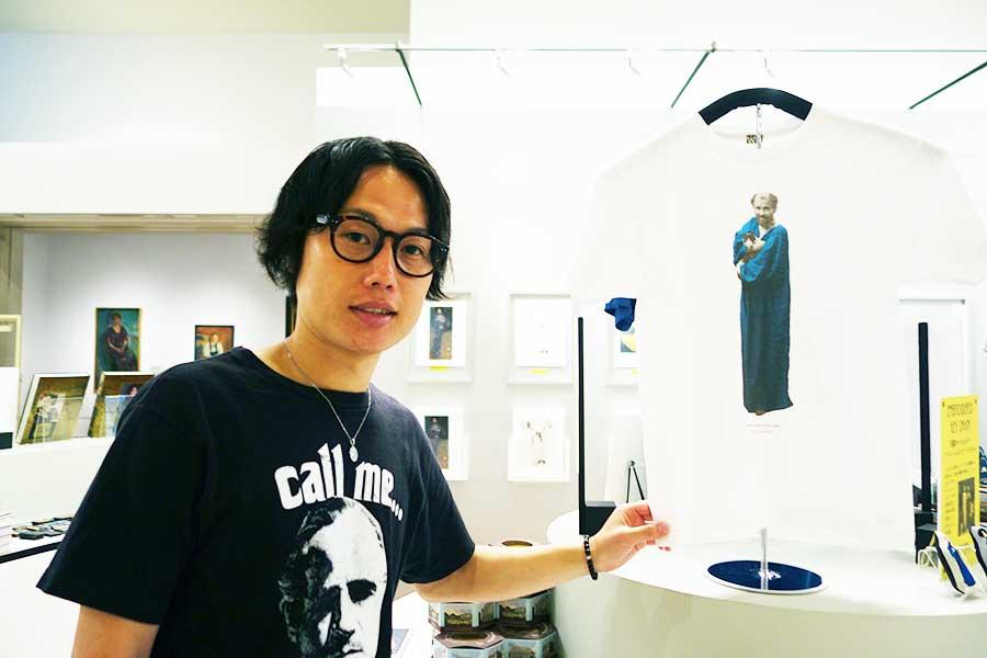 気になったお土産。グスタフ・クリムトが猫を抱えたTシャツ、3000円税別