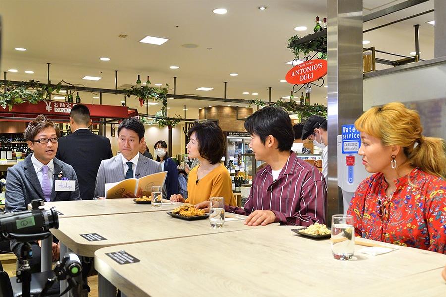 阪急百貨店の敏腕担当者の話を熱心に聞く出演者ら 提供:MBS