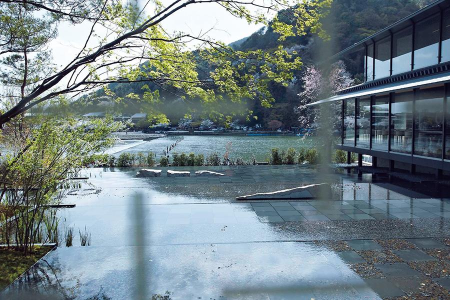 「福田美術館」の庭には、嵐山の景色が映り込む大きな水盤