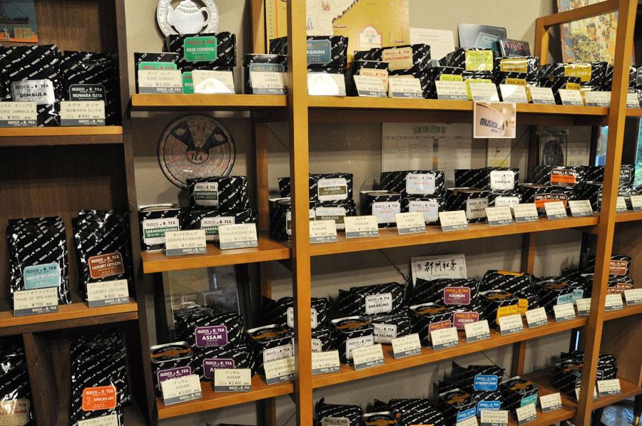 茶葉販売専門の店内には、さまざまな種類の茶葉が壁一面に陳列する