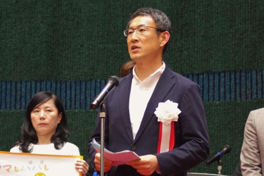 児童虐待防止に向けて「社会全体で守る」と語った浪速区の榊正文区長(11日・大阪市内)