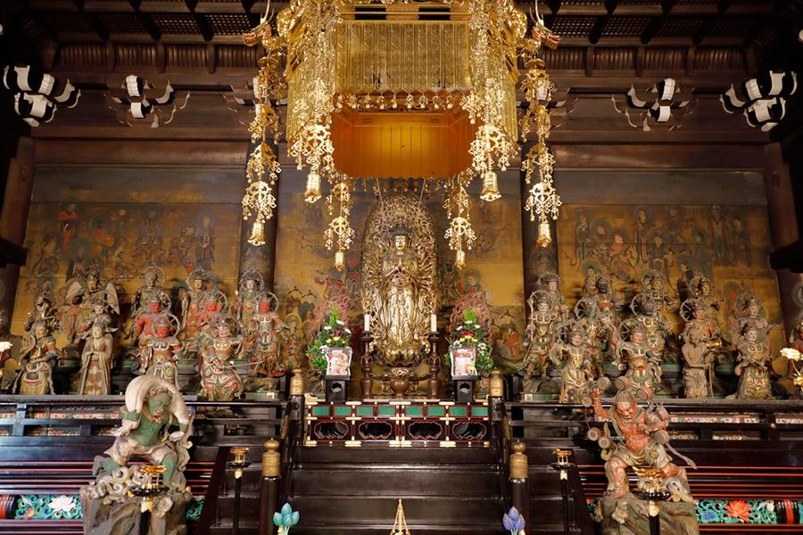 真ん中に燦然と輝くのは、本尊の千手観音菩薩立像