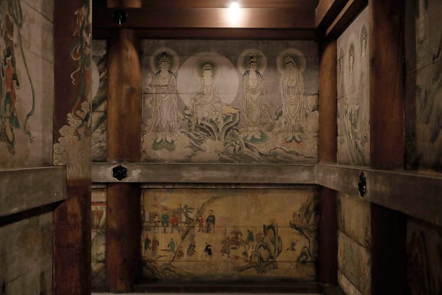 側壁の障壁画には「観音経」の世界が描かれる