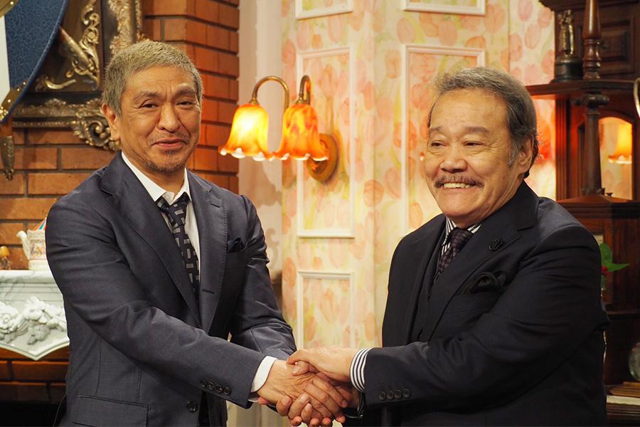 ABCテレビ『探偵!ナイトスクープ』2代目局長の西田敏行(左)と、新たに就任が決まった3代目局長の松本人志(25日・大阪市内)