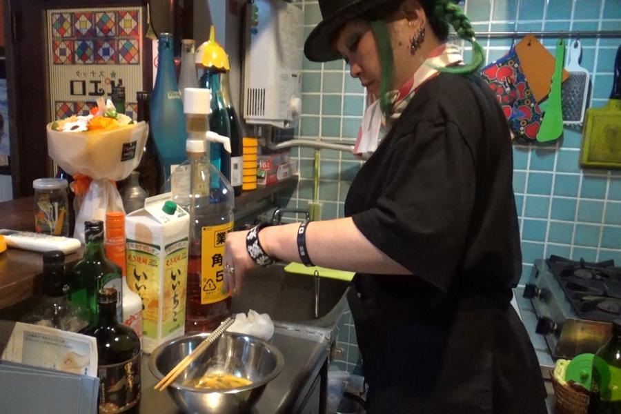 お客さんの健康を気遣い、毎日お店で出すお通しを手作りするまちゃまちゃ(写真提供:MBS)