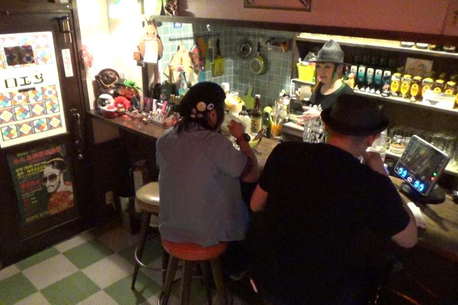 スナック「ピエロ」に訪れる客は誰もが「まちゃまちゃに会いに来てる」と口を揃え、会話を楽しむ(写真提供:MBS)