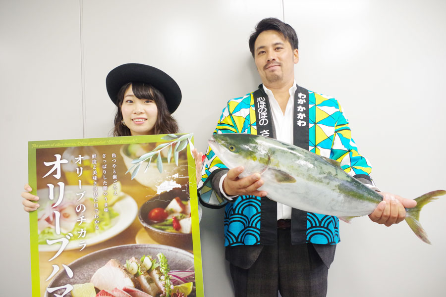 「カマ(市場で300〜400円)をお塩だけで丸焼きしたら、脂が溶けだしてフワフワの身とあいまってすごくおいしいです」とオススメの食べ方を紹介した塚原さん(左)と岡田さん