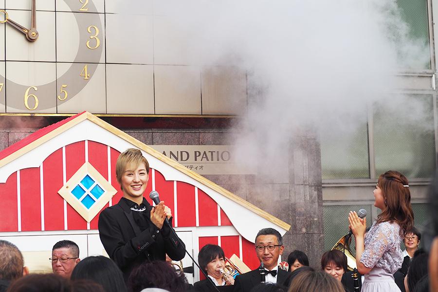開店へのカウントダウンを終えて、スモークとともに幕開けた「神戸阪急」