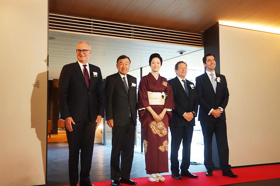 中央が京大和7代目の「京大和」女将の阪口順子さん、一番右がホテルの総支配人マーク・デ・リュヴァークさん