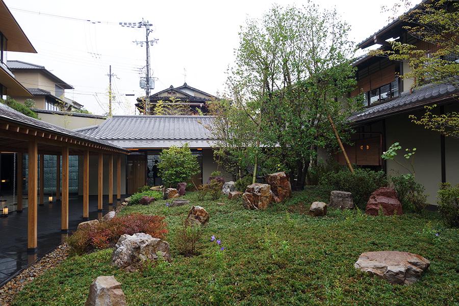 「北山造園」の北山安夫氏が作庭した「プリツカー庭園」がエントランスに