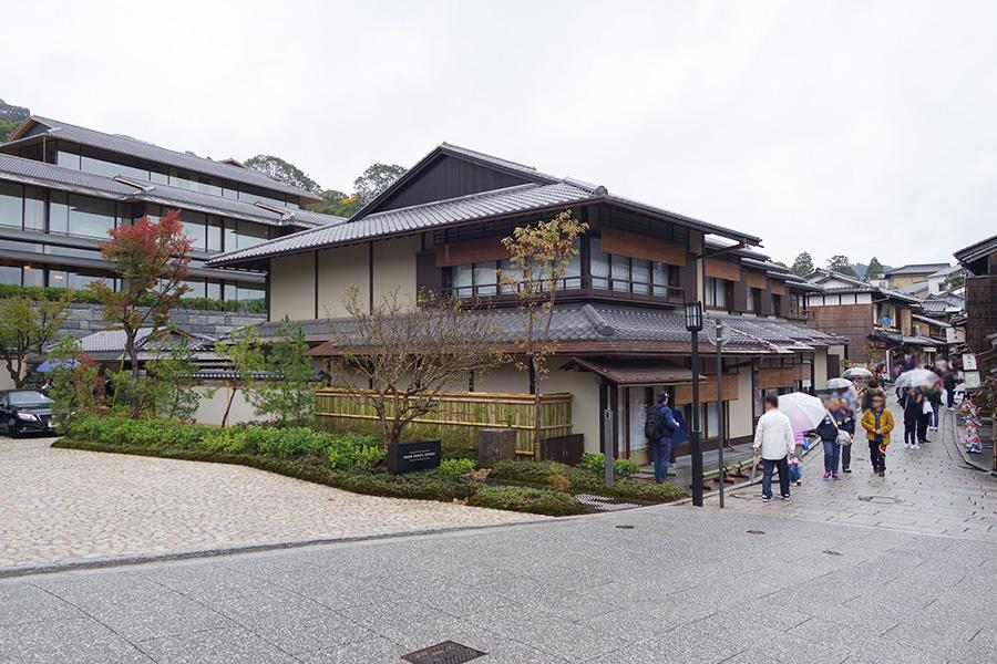 二年坂(二寧坂)に面する「パーク ハイアット 京都」のエントランス