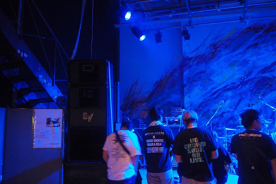 十三から持ってきた階段(左)がステージ横に設置されている