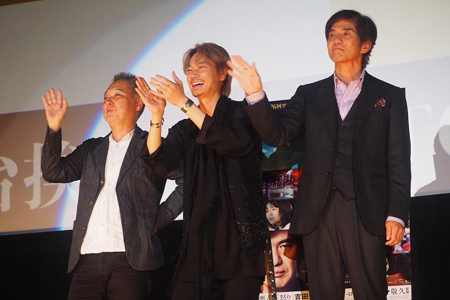 左から、瀬々敬久監督、綾野剛、佐藤浩市(9日・大阪市内)