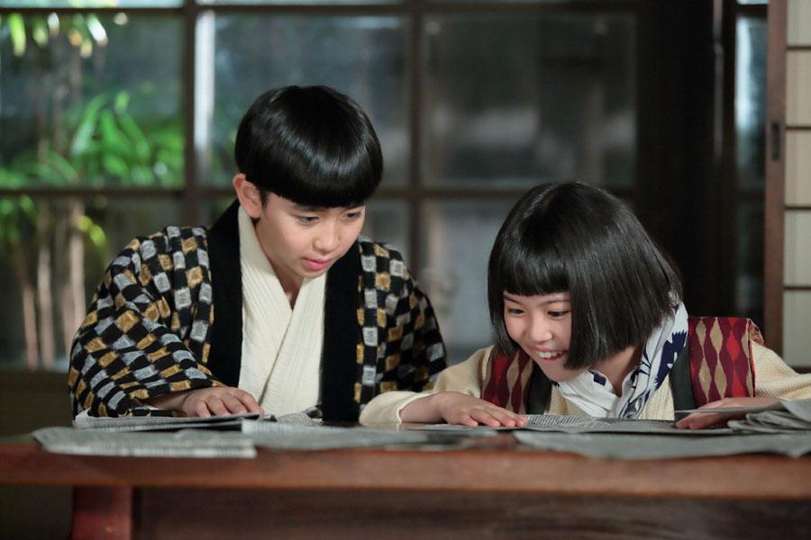 「大野雑貨店」で、ある新聞記事を探す喜美子(川島夕空)と信作(中村謙心)