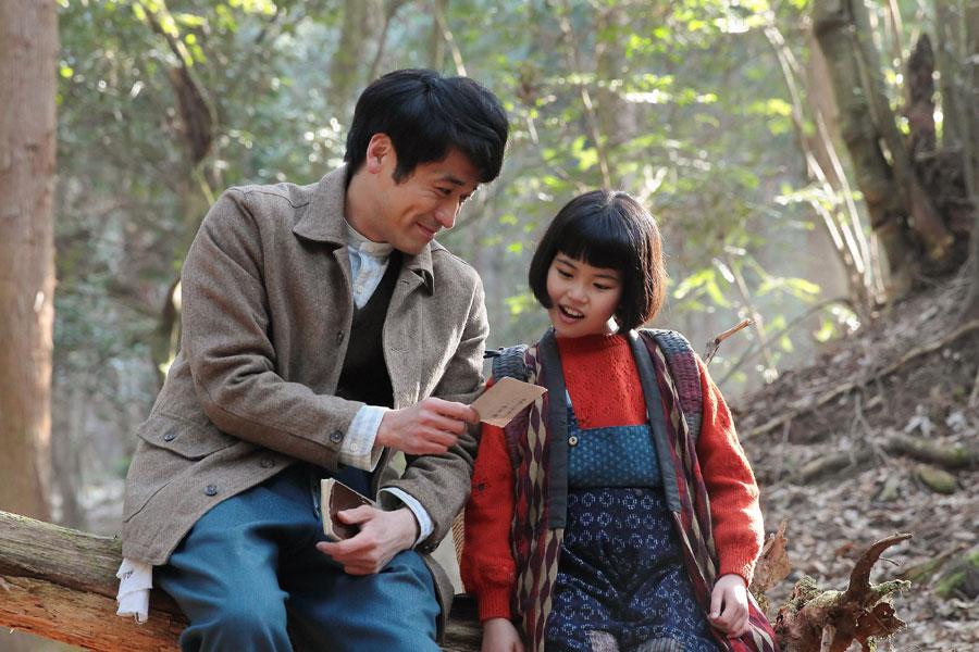 奥さんを探していると喜美子(川島夕空)に写真を見せる草間(佐藤隆太)