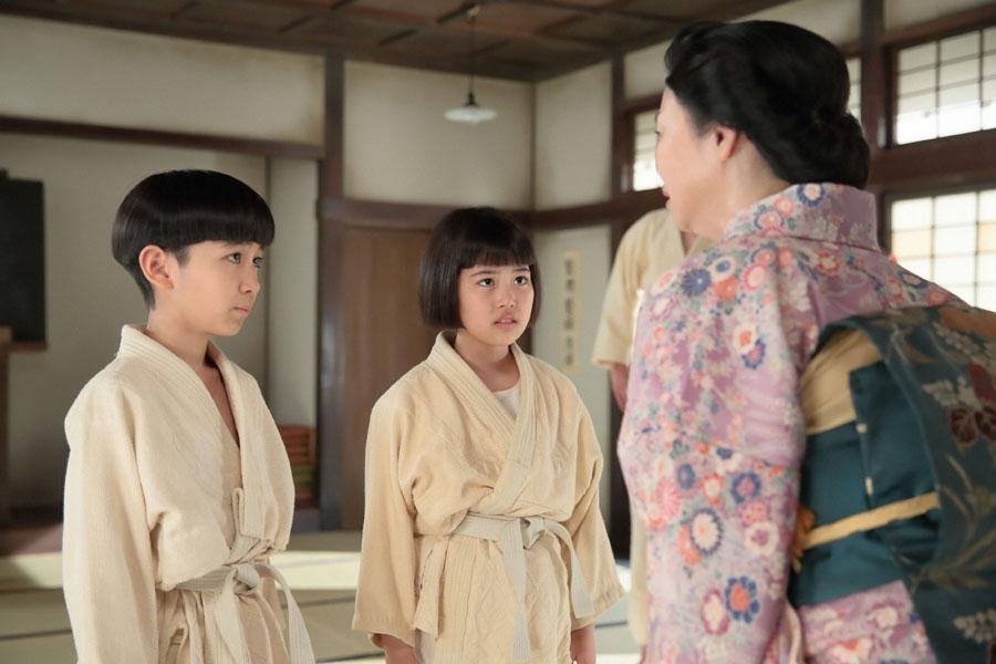 同級生の照子がいなくなったと照子の母・和歌子(未知やすえ)から聞く喜美子(川島夕空)と信作(中村謙心)