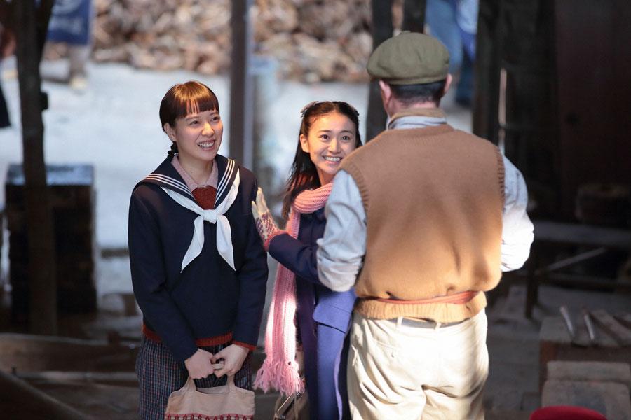 丸駒陶業で従業員の西牟田にあいさつをする喜美子(戸田恵梨香)と照子(大島優子)
