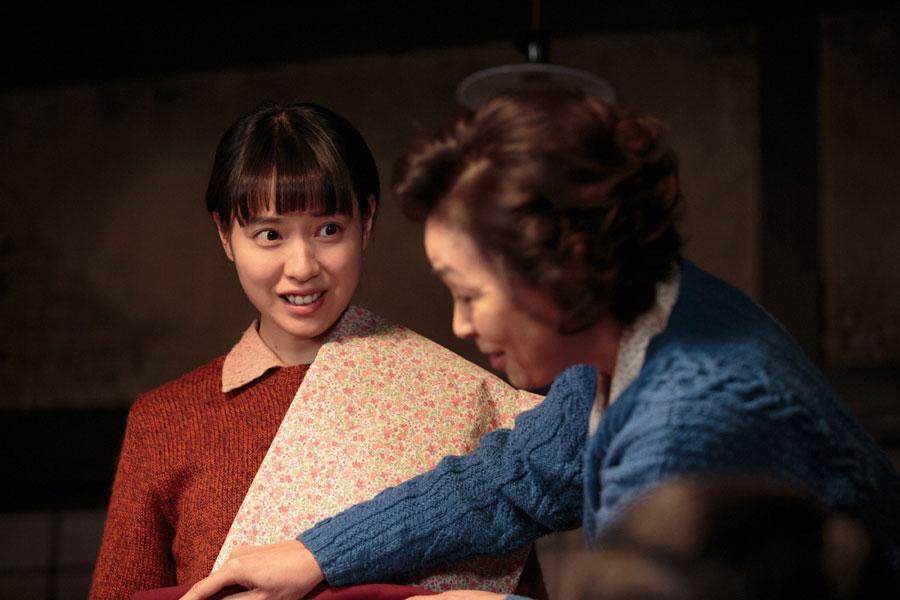 喜美子(戸田恵梨香)のブラウスとスカートを作るために採寸する大野陽子(財前直見)