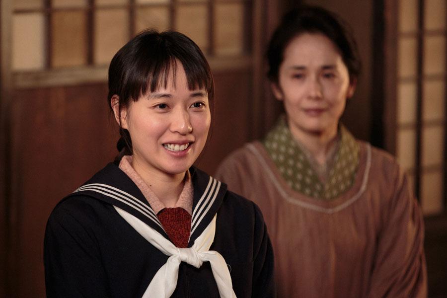 中学校の制服姿で、進学について話をする喜美子(戸田恵梨香)