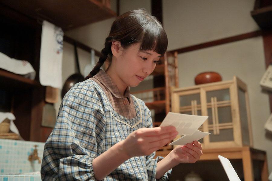 幼なじみの照子(大島優子)からの手紙を読む喜美子(戸田恵梨香)