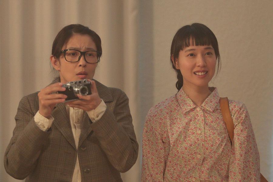 下着ショーが始まりカメラを構えるちや子(水野美紀)と、ショーに感激する喜美子(戸田恵梨香)©NHK