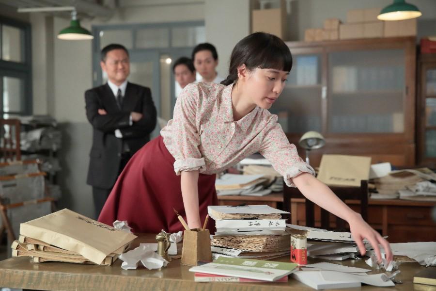 ちや子の勤める新聞社で、散らかった机を喜美子(戸田恵梨香)が片付ける回想シーン ©NHK
