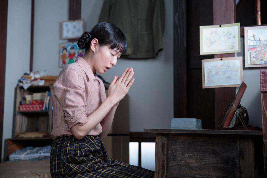 18歳に成長した喜美子(戸田恵梨香)。いまも信楽焼のカケラに祈る
