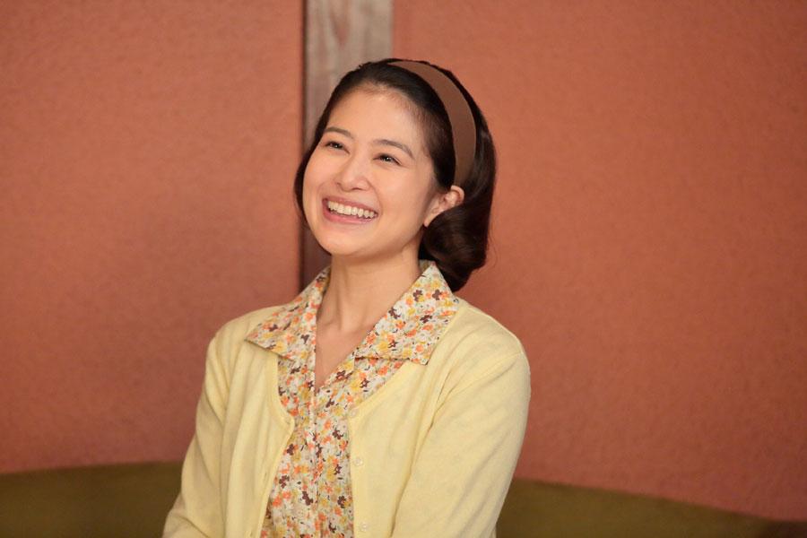圭介(溝端淳平)と楽しそうに話をするあき子(佐津川愛美)©NHK