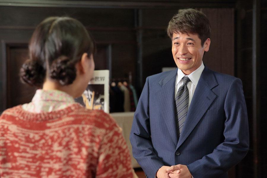 偶然再会をした喜美子(戸田恵梨香)と草間(佐藤隆太)©NHK